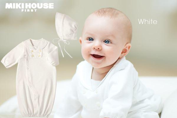 ツーウェイオールを着ている赤ちゃん