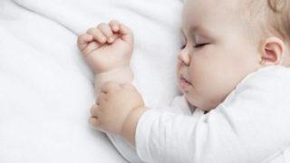 寝ている4ヶ月の赤ちゃん