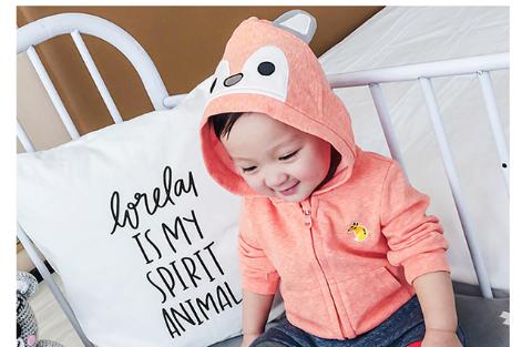 上着を着ている赤ちゃん