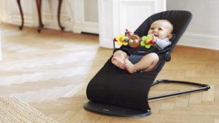 バウンサーに乗っている赤ちゃん