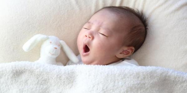 布団に寝ている赤ちゃん