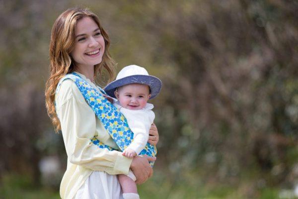 スリングで赤ちゃんを抱いているママ