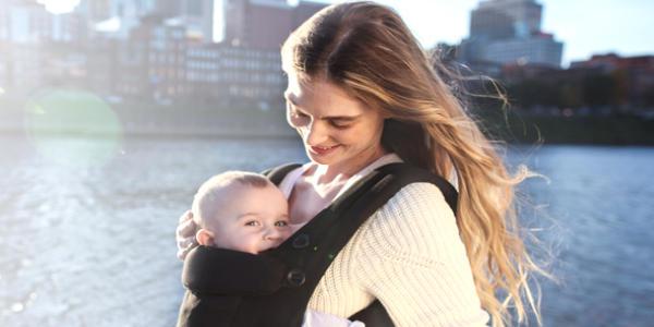 抱っこ紐で抱かれている赤ちゃん