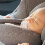 チャイルドシートに乗っている赤ちゃん