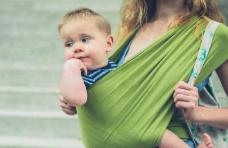スリングで抱かれている赤ちゃん
