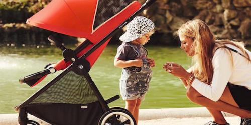 ベビーカーに乗っている赤ちゃん