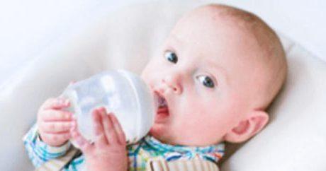 水分補給をしている赤ちゃん