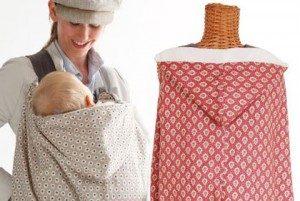 ケープで赤ちゃんを抱いているママ