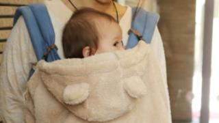 ケープで防寒されている赤ちゃん
