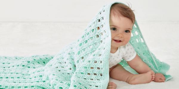 布団で遊んでいる赤ちゃん