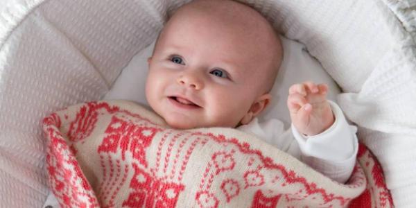 布団をかけている赤ちゃん