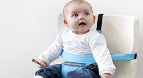 チェアベルトに座っている赤ちゃん