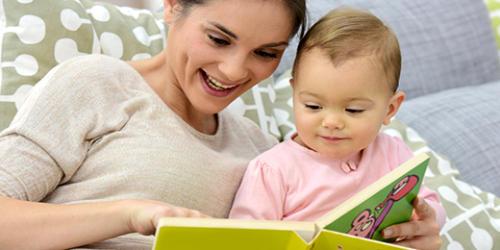 絵本を読んでいる赤ちゃん