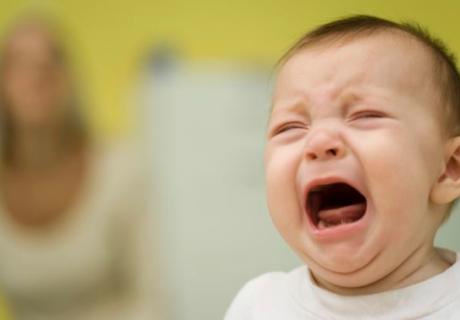 泣いている4か月の赤ちゃん