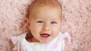 2ヶ月の笑顔の赤ちゃん