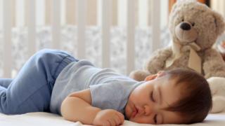 寝ている8ヶ月の赤ちゃん
