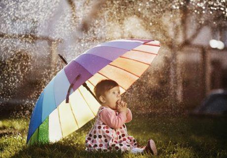 傘をさしている赤ちゃん