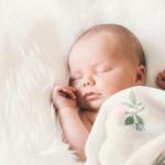 寝ている5ヶ月の赤ちゃん