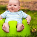 椅子にすわっている赤ちゃん