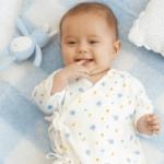 コンビ肌着を着ている赤ちゃん