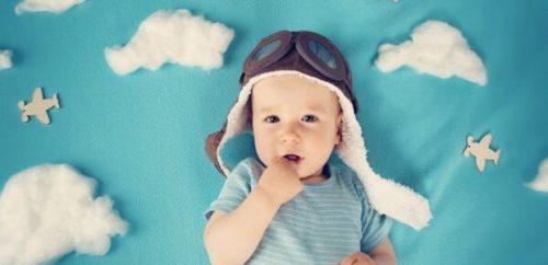 ボディ肌着を着ている赤ちゃん