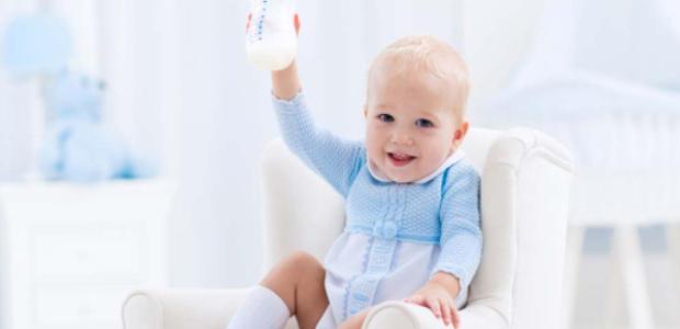 カバーオールを着ている赤ちゃん
