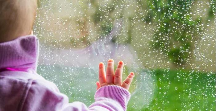 窓の外を見ている赤ちゃん