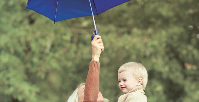 傘をさしているママ