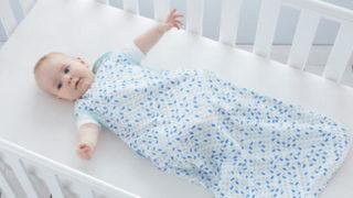 スリーパーを着ている赤ちゃん