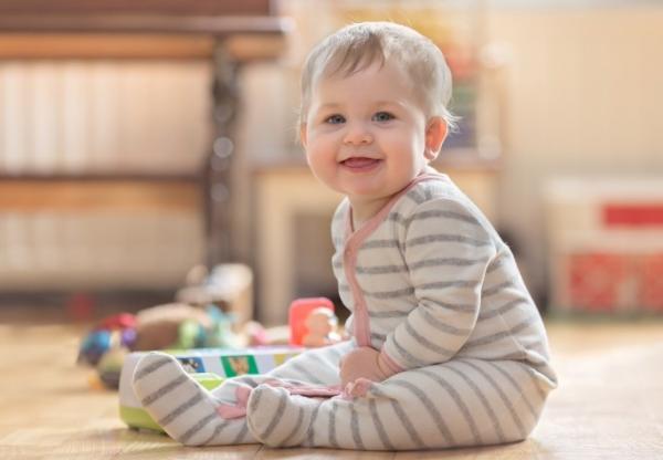 カバーオールを着てる赤ちゃん