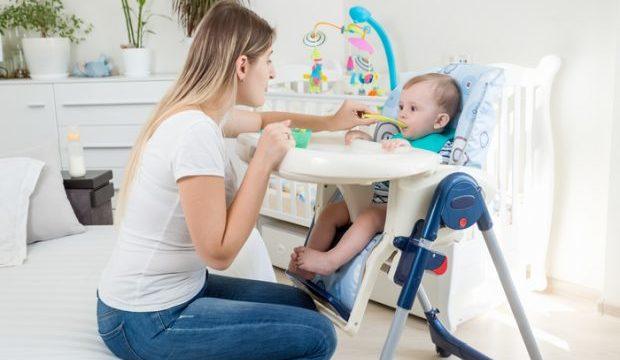 椅子に座っている赤ちゃん
