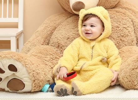 ジャンプスーツを着ている赤ちゃん