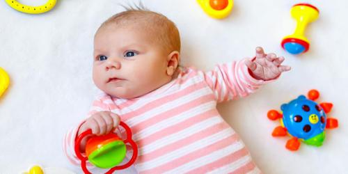 おもちゃを握っている赤ちゃん