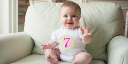 肌着姿の7ヶ月の赤ちゃん