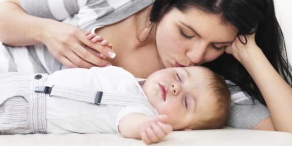 寝ている赤ちゃんとママ