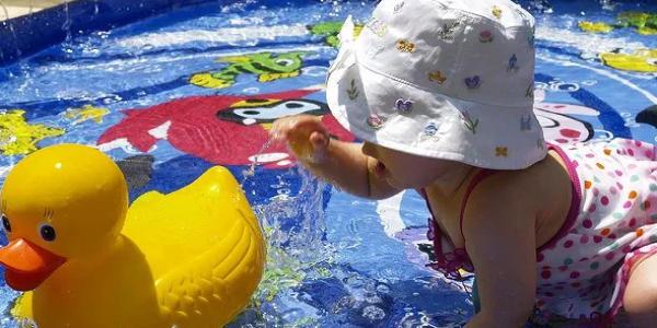 水遊びをしている赤ちゃん