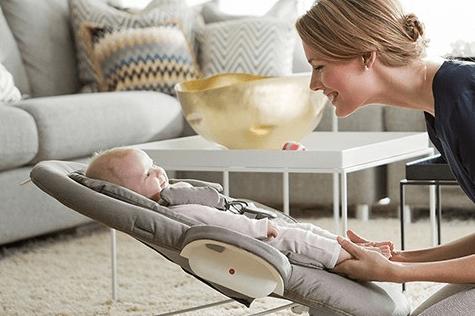 バウンサーに載っている赤ちゃん