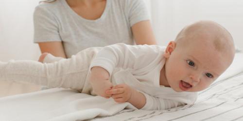 寝返りをしている赤ちゃん