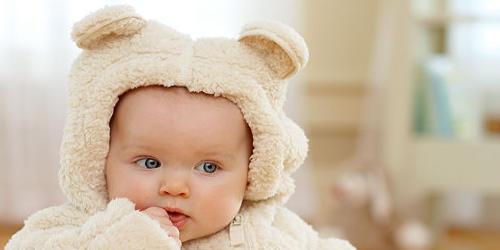 カバーオールを来ている赤ちゃん