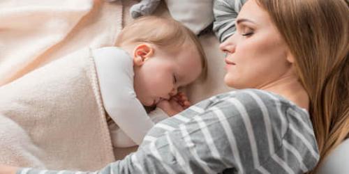 添い寝をしている赤ちゃん