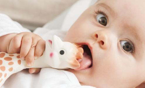 おしゃぶりを口に入れている赤ちゃん