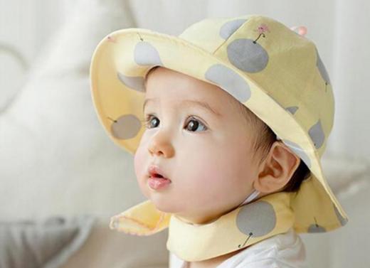帽子をかぶっている赤ちゃん