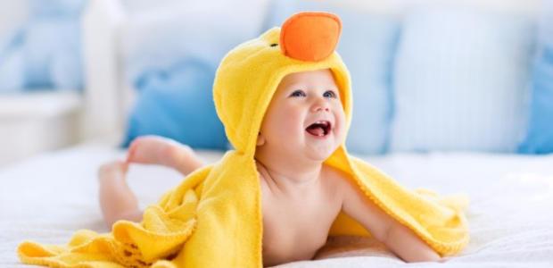 タオルに包まれている赤ちゃん