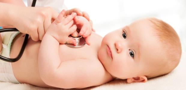 病院で診察を受けている赤ちゃん