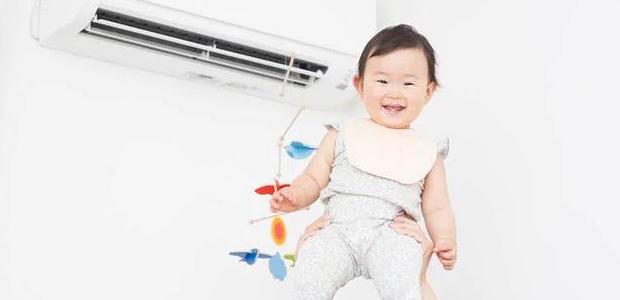 エアコンの前にいる赤ちゃん