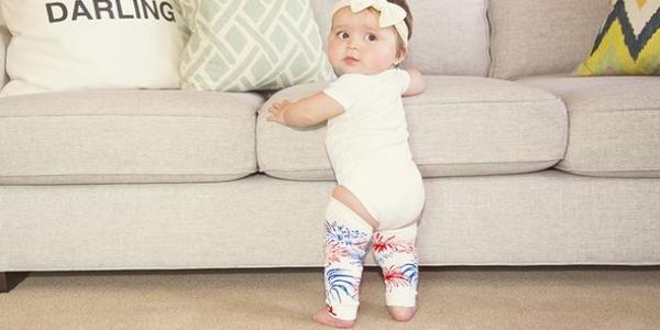レッグウォーマーを履いている赤ちゃん
