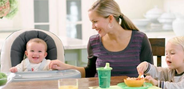テーブルチェアに座っている赤ちゃん