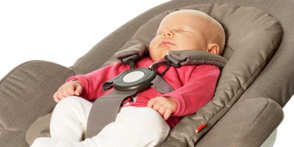 バウンサーで寝ている赤ちゃん