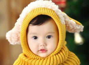 冬用の帽子をかぶっている赤ちゃん