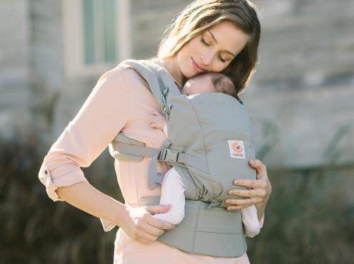 抱っこ紐から出ている赤ちゃんの足